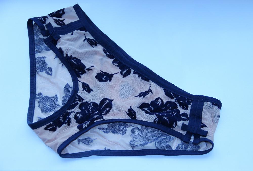 Трусики декорированы небольшими разрезами и минималистичными бантиками по бокам.