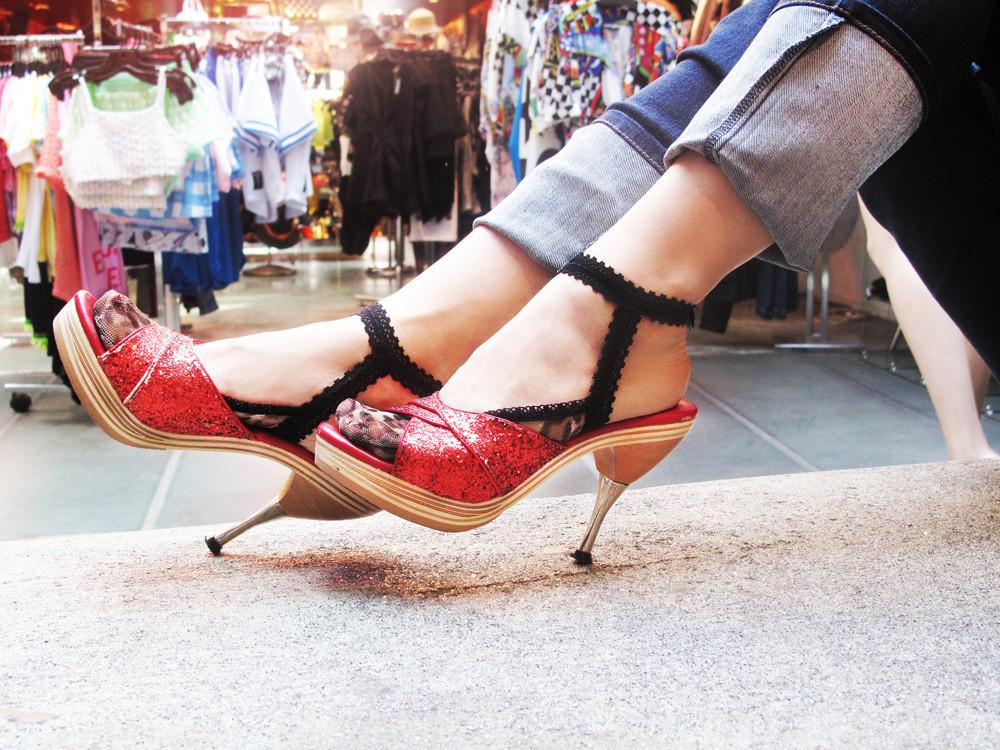 Фото трусики на ступнях ног русское