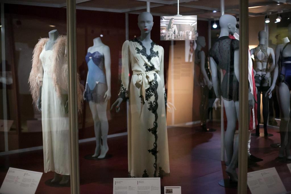 9. Еще одной необычной вещью в моей коллекции считаю нижнее платье с небольшим утягивающим эффектом. Безумно люблю сочетание пудового и черного цветов в которых оно выполнено. Одеваю его как правило под платья по фигуре, когда хочу выглядеть на все сто.