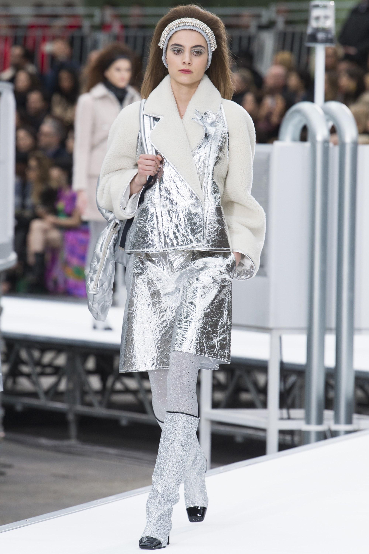 Монохром и металлизированная блестящая нить или люрекс // Chanel Fall 2017 Ready-to-Wear Photo - Yannis Vlamos : Indigital
