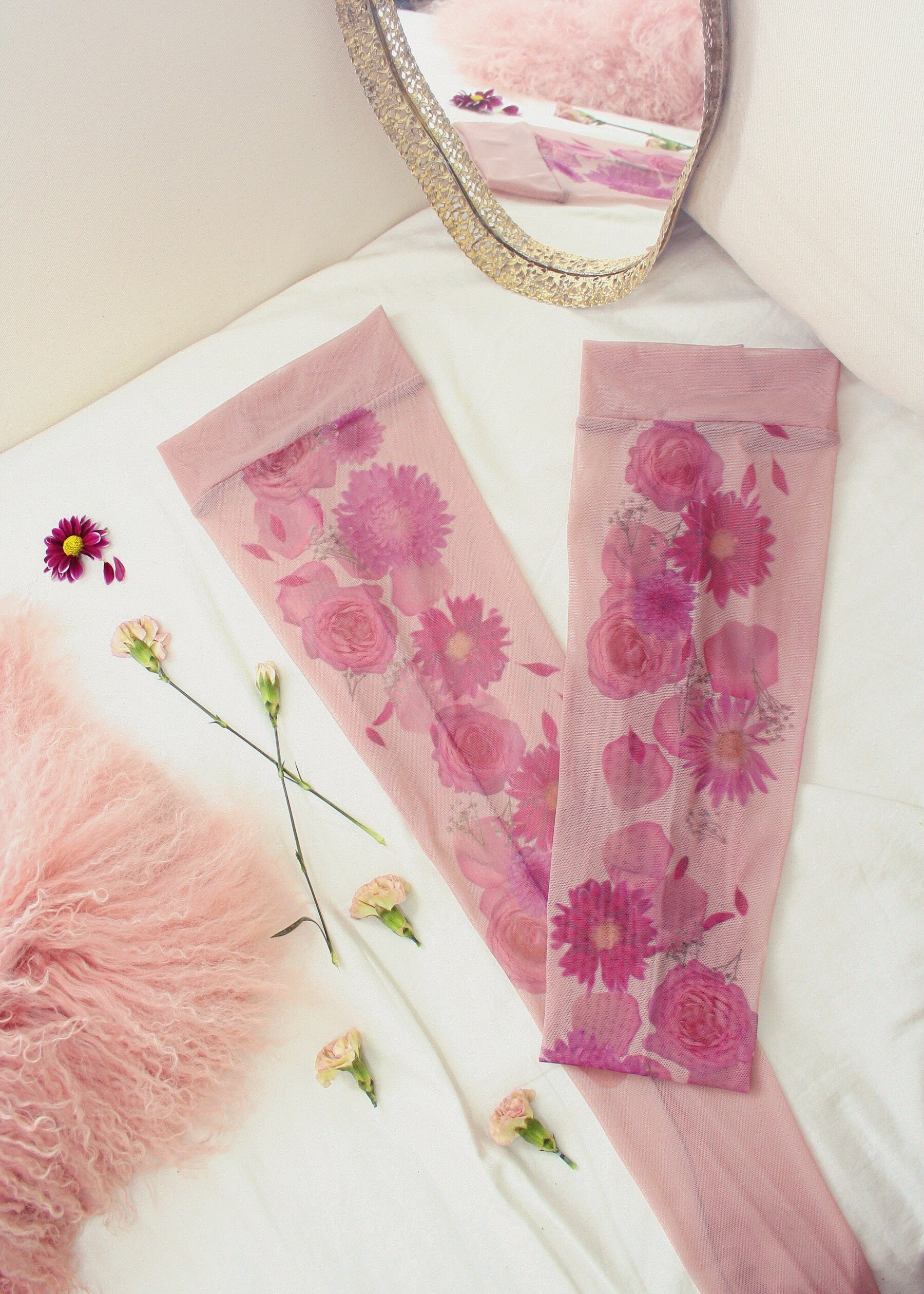 Чулки Floral Mirage от Uye Surana. Фото из магазина бренда