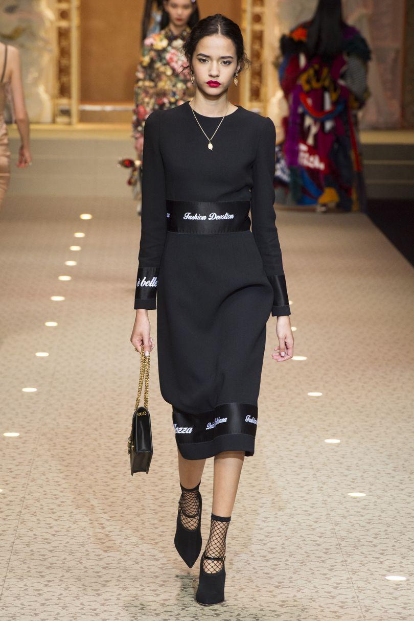 Корсетная шнуровка, прозрачное кружево и сетчатые носки на показе Dolce & Gabbana. Photo: INDIGITAL