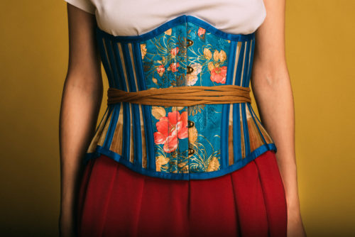 Нижнее бельё в качестве верхней одежды: Корсет, базовая футболка, керамические овцы и «мужские» штаны Garterblog.ru Все права защищены
