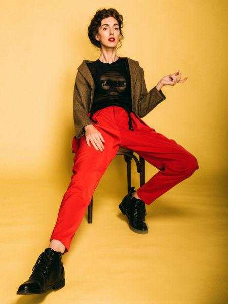 Нижнее бельё в качестве верхней одежды: Бюстгальтер, сетчатое платье, винтажный пиджак, «мужские» штаны и пояс для чулок. Фото garterblog.ru Все права защищены