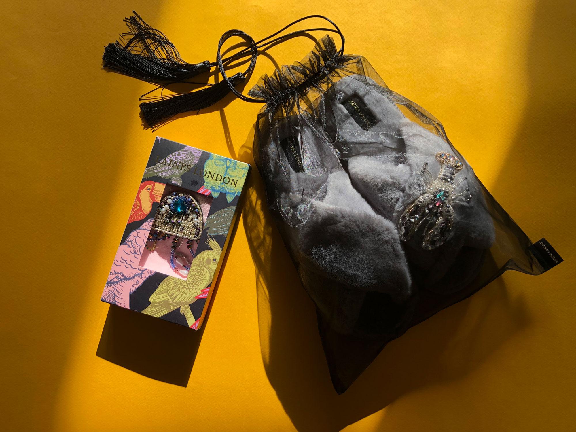 Обзор тапочек из искусственного меха Laines со съемными брошами на garterblog.ru. Все права на фото и текст защищены